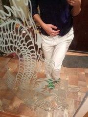 Красивые белые джинсы.